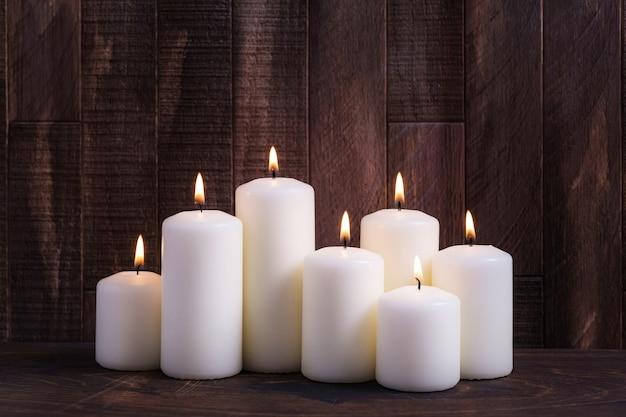 休日の挨拶のためのコピースペースとキャンドルを燃やすクリスマスの背景