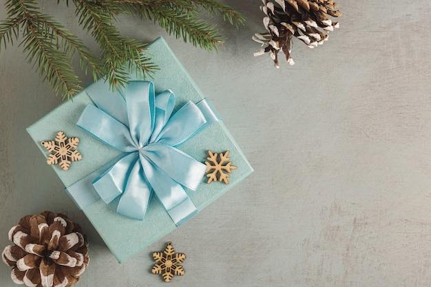 クリスマスの背景。木製の背景にクリスマスの装飾。明るい背景。