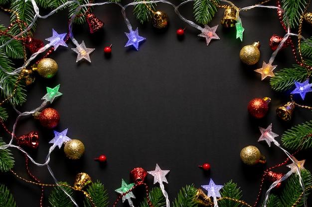 Рождественский фон. рождественские еловые ветки с лампочкой и праздничным украшением орнамента. копировать пространство