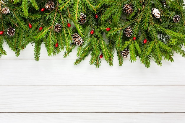 クリスマスの背景。コピースペースと白い木の板の背景に装飾が施されたクリスマスのモミの木