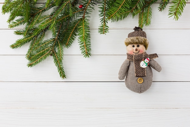 Рождественский фон. рождественская елка с украшением на фоне белой деревянной доски с копией пространства