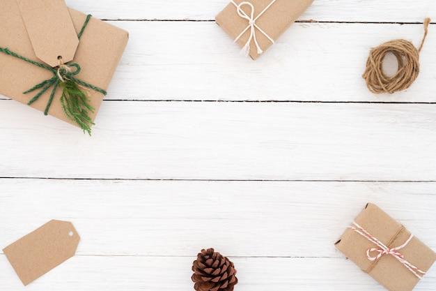 クリスマスの背景。クリスマスのフレームは、現在のギフトボックスで作られています。クリエイティブフラットレイ、トップビューデザイン
