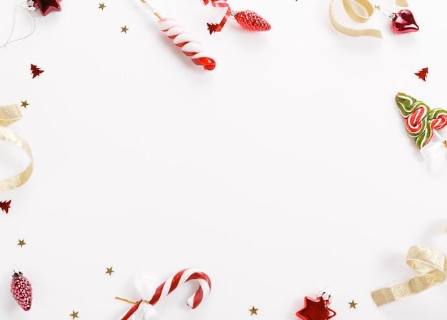 クリスマスの背景、クリスマスプレゼントの赤いギフトボックスと白い背景の装飾要素。クリエイティブでお祝いのフラットレイとトップビューのコンポジションコピースペースデザイン。