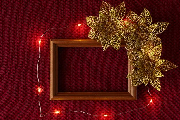 クリスマスの背景クリスマスのおもちゃのフレームとセーターのニットの質感の上に横たわる花輪