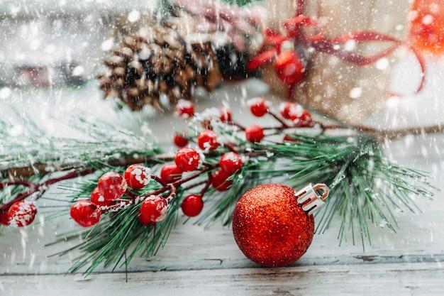 Новогодний фон елочные игрушки со снежинками на светлом деревянном фоне
