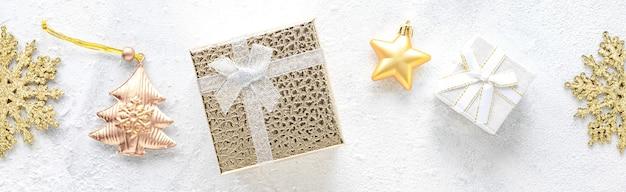 Новогодний фон рождественские белые и золотые украшения на белом фоне плоская планировка, вид сверху, копией пространства.