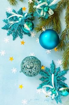 クリスマスの背景の構成青い背景の上のクリスマスの装飾上面図フラットレイ
