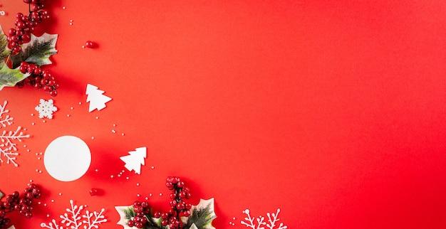 クリスマスの背景の概念。雪片と赤と金色のボールのクリスマスギフトボックスの上面図
