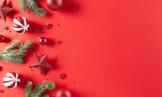 クリスマスの背景の概念。トウヒの枝とクリスマスの赤いボールの上面図