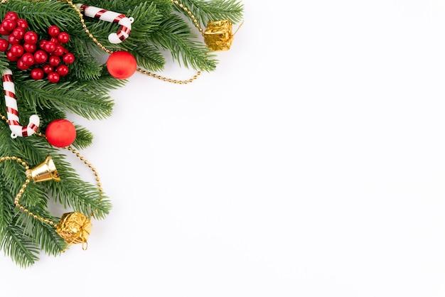 スプルースの枝と装飾とクリスマスの背景のコンセプト。