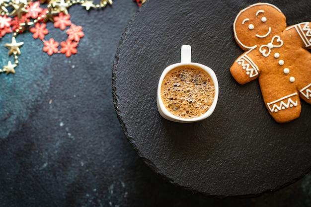 クリスマスの背景クッキージンジャーブレッドとテーブルの上のコーヒー