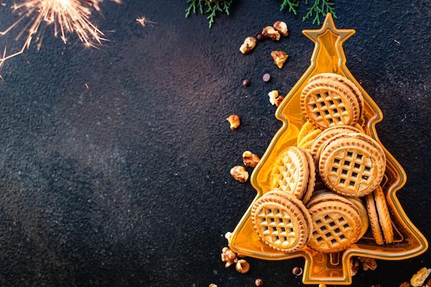 Рождественский фон печенье имбирные пряники и кофе на столе