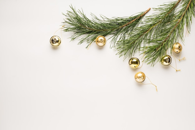 크리스마스 배경입니다. 전나무 가지와 흰색 테이블에 장식