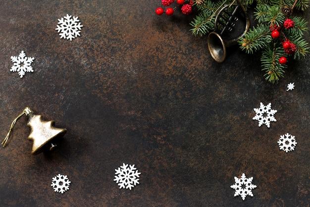 クリスマスの背景フレームまたはグリーティングクリスマスカードクリスマスツリーと装飾的な装飾品フラットレイ