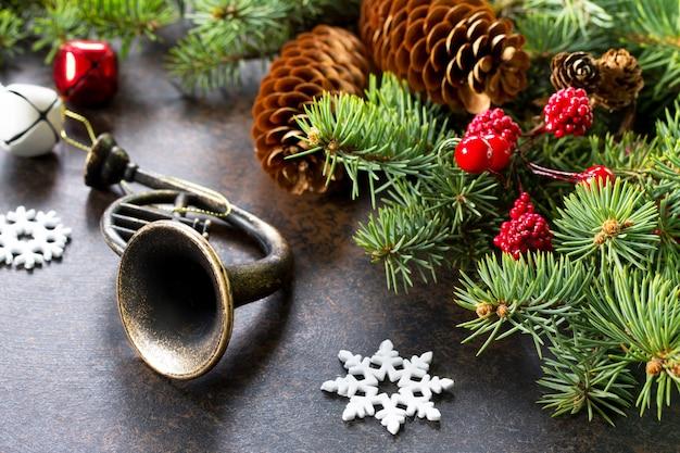 クリスマスの背景フレームまたはグリーティングクリスマスカードクリスマスツリーと装飾的な装飾品