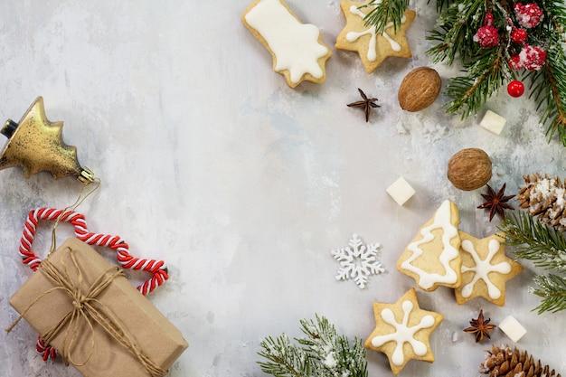 クリスマスの背景フレームまたはグリーティングクリスマスカードジンジャーブレッドフラットは、コピースペースで上面図を置きます