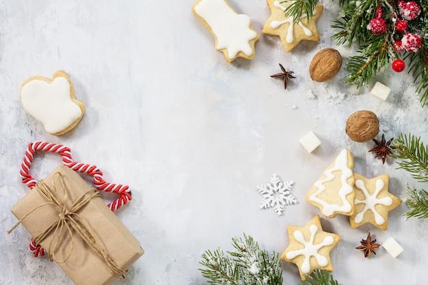 お祝いのクリスマステーブルの上のクリスマスの背景フレームまたはグリーティングクリスマスカードジンジャーブレッド