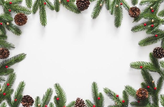 クリスマスの背景、モミの枝の木の松ぼっくりとフレーム
