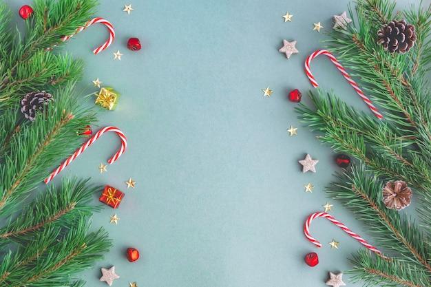 クリスマスキャンディー、クリスマスツリーの枝、おもちゃ、輝き、星からのクリスマスの背景