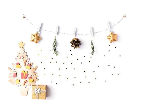 크리스마스 배경입니다. 흰색 배경에 격리된 금색 공과 전나무 나뭇가지로 만든 화환. 겨울과 2020년 새해 컨셉입니다. 평평한 평지, 평면도
