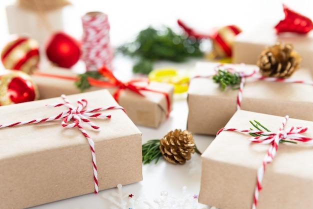 クリスマスの背景赤い星と松の錐体のギフトボックスは、白い背景に。