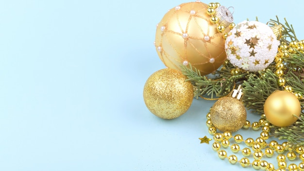 Рождественский фон золотые елочные шары и золотые украшения на синем