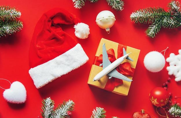 赤のクリスマスの背景。旅行。セレクティブフォーカスの性質