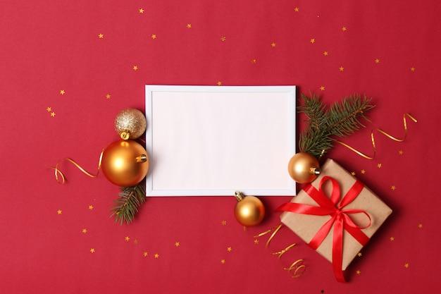 Новогодний фон в стиле минимализма на цветном фоне с местом для текста. рождественские или новогодние аксессуары и подарки. фото высокого качества