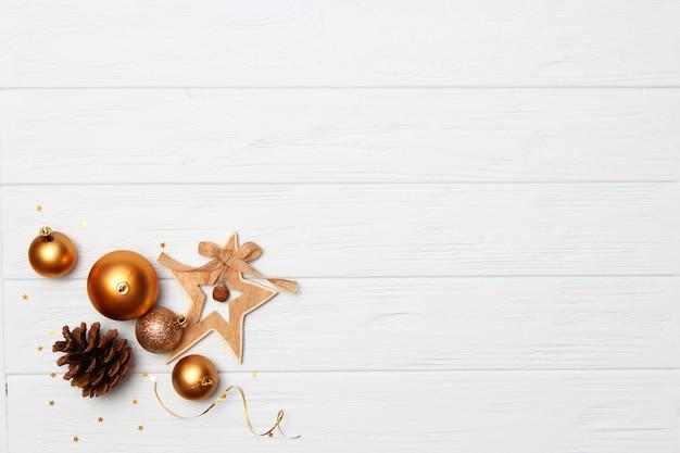 Новогодний фон в стиле минимализма на светлом фоне с местом для текста. рождественские или новогодние аксессуары и подарки. фото высокого качества