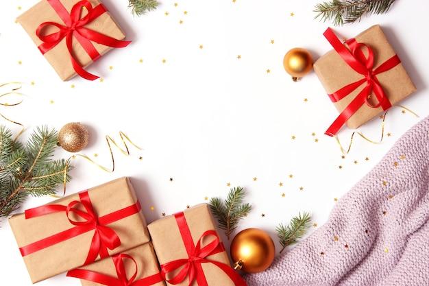 明るい背景にミニマリズムのスタイルでクリスマスの背景