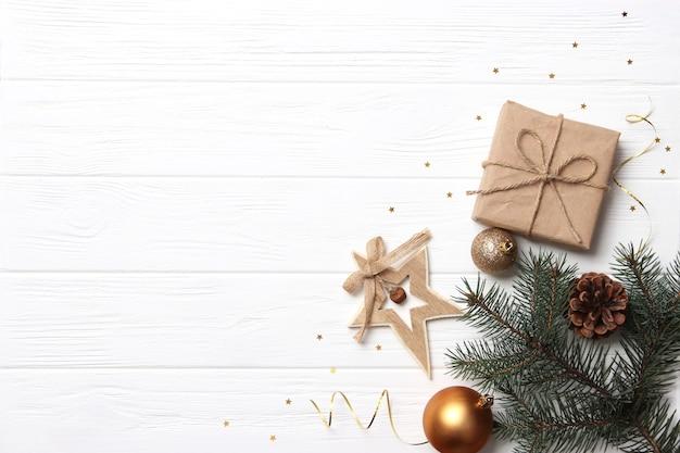 Новогодний фон в стиле минимализма, вид сверху с местом для текста. фото высокого качества