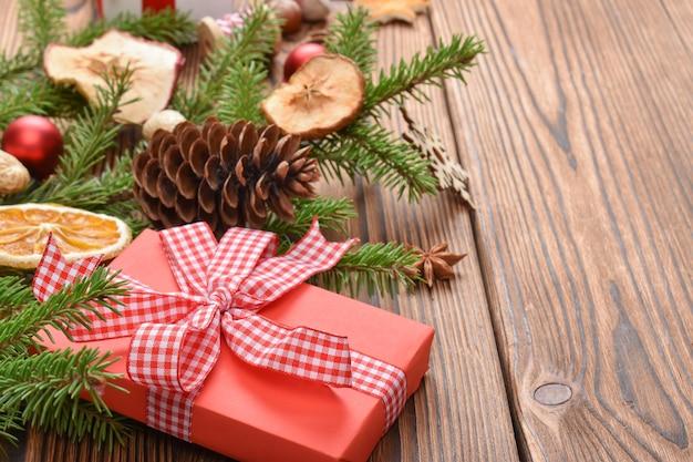 モミの枝、おもちゃ、エコ装飾で作られたクリスマスの背景。年末年始のナチュラルなデザイン。クリスマスと新年のグリーティングカード。