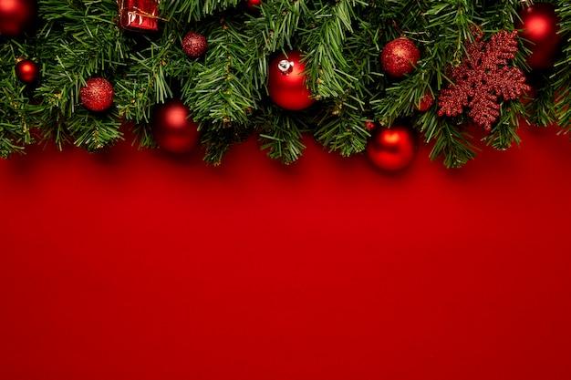 Новогодний фон с гирляндами на красном фоне