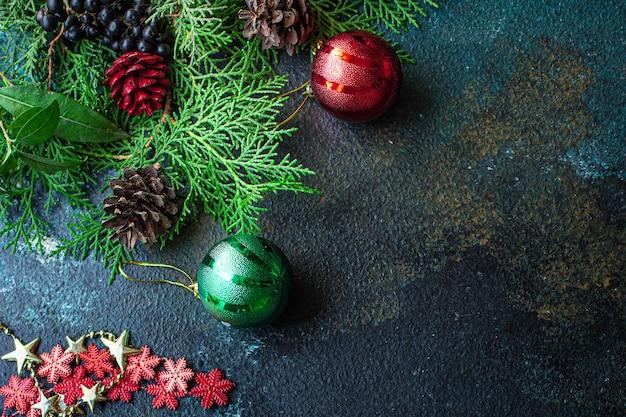 Новогодний фон новогодние игрушки ель и золотая мишура