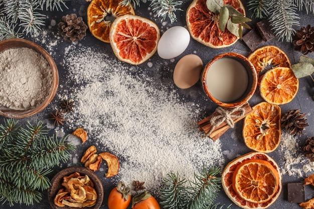 暗闇の中のクリスマスの背景。クリスマス料理フラットレイアウト、平面図、テキスト用のスペース。