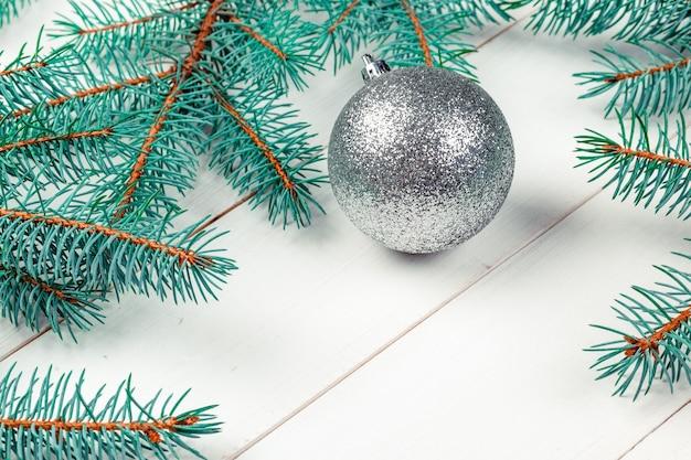 크리스마스 배경, 장식이 있는 소나무 나뭇가지
