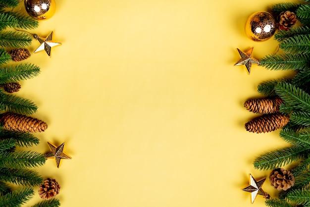 크리스마스 배경, 노란색에 크리스마스 장식으로 소나무