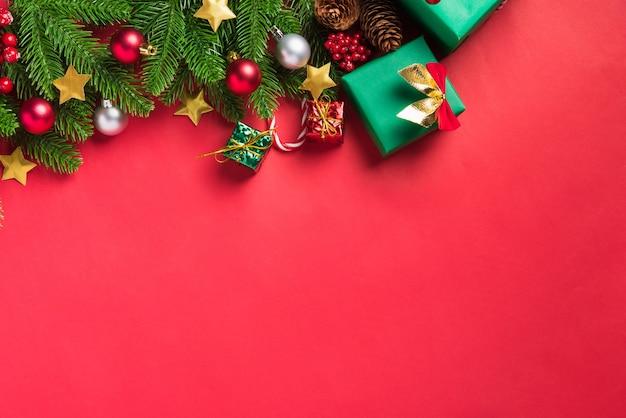 크리스마스 배경 상위 뷰 오버 헤드 녹색 전나무 나뭇 가지와 인사말 카드를 선물