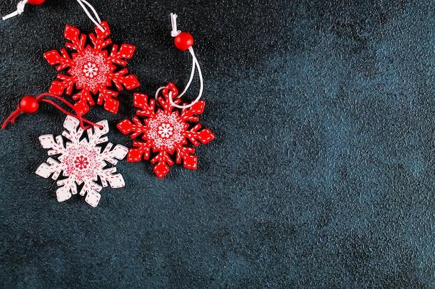 Рождественский фон. красные и белые украшения на темном фоне. вид сверху с копией пространства. новый год категорически. рождество категорически с украшениями.
