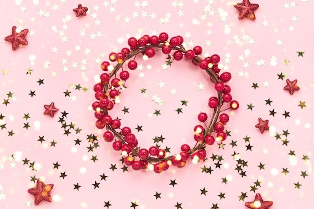 크리스마스 배경입니다. 핑크 바탕에 레드 크리스마스 장식입니다. 공간을 복사하십시오.