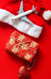 飛行機と赤のクリスマスの背景。セレクティブフォーカス。ホリデー。