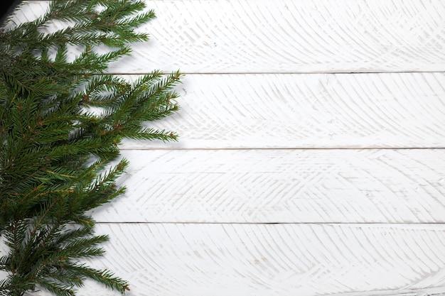 거친 화이트 보드에 크리스마스 배경 가문비나무 가지
