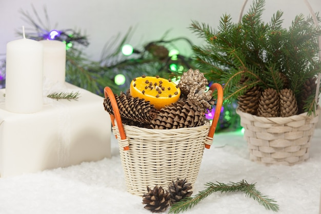 Новогодний фон: сладости, апельсин, сосновые шишки и еловые ветки. вид сверху