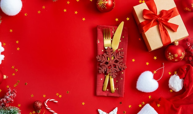 Сервировка стола предпосылки рождества и декор. выборочный фокус. природа.