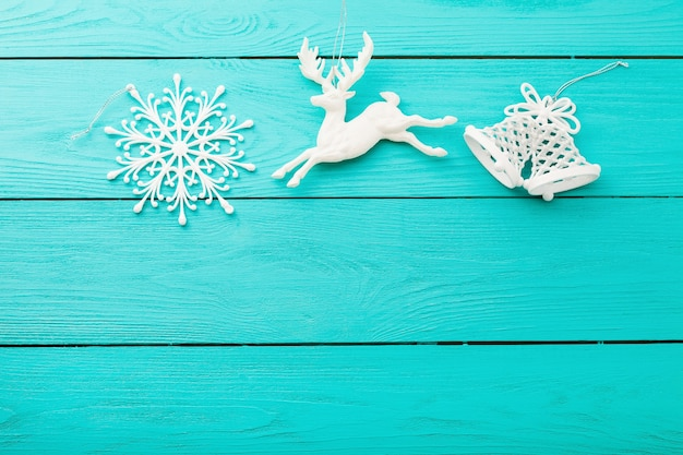 Рождественские фон игрушки и синяя текстура