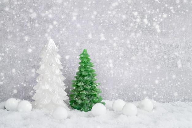 クリスマスの背景。雪と伝統的なクリスマスの装飾。 cpaceをコピーします。クリスマスのコンセプト。