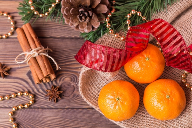 クリスマスの背景-ヴィンテージウッド、シナモン、スターアニス、甘いみかん、新年の装飾上面図、空白スペース
