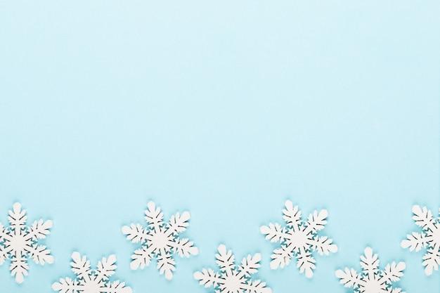 크리스마스 배경입니다. 분홍색 바탕에 하얀 눈 장식입니다.