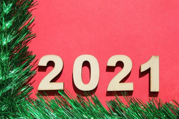 2021年の新年の番号を持つクリスマスの背景。