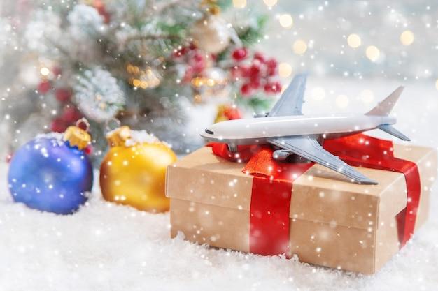Новогодний фон с самолетом. странствия. селективный характер